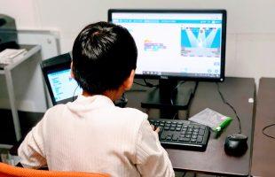 小学生がプログラミングに夢中